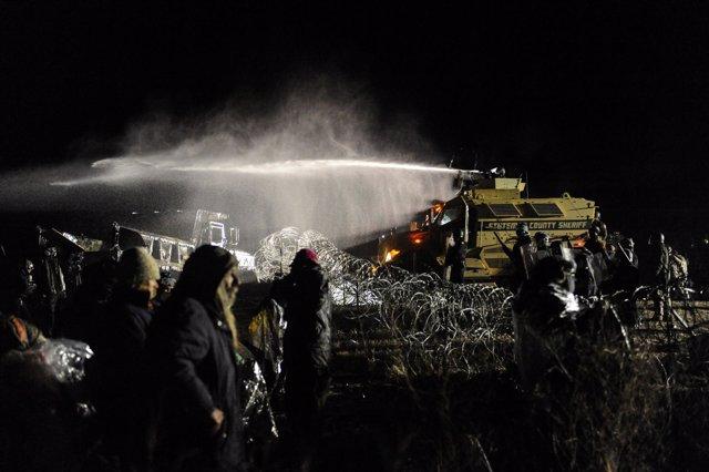 La Policía usa cañones de agua contra manifestantes en Dakota del Norte