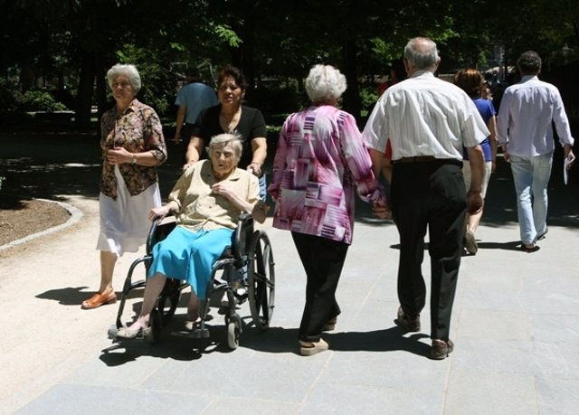 Imagen de unos pensionistas de paseo