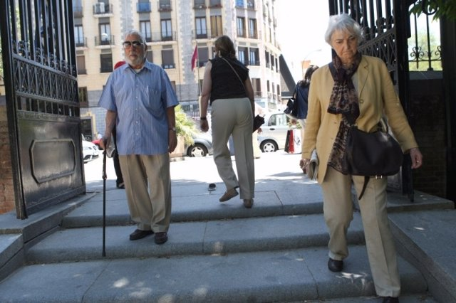 Unos jubilados de paseo por la calle
