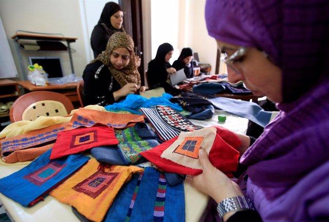 Mujeres palestinas en un taller de artesanía