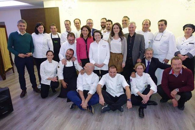 Pozuelo y Gómez (centro), junto a chefs participantes en el evento