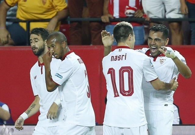 Gabriel Mercado se abraza a Nasri tras marcar un gol con el Sevilla