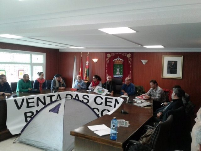 Representantes de En Marea con los trabajadores de Ferroatlántica