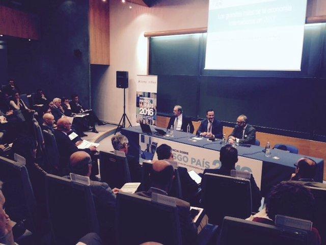 Conferencia sobre riesgo país.
