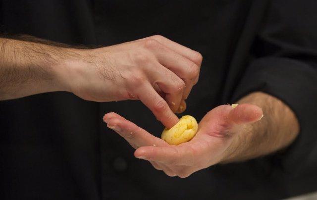 Cocinero cocinando una patata. Gastronomía. Chef. Alimentación. Alimentos.Comida