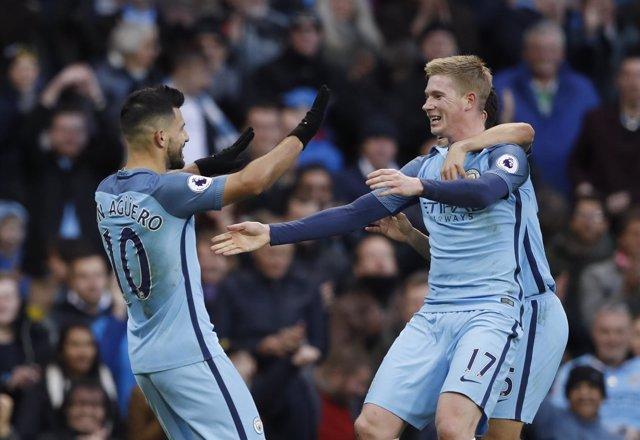 Kevin de Bruyne y Kun Agüero celebran un gol con el Manchester City