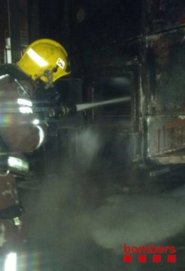 Los Bomberos trabajan en el incendio en una fábrica de El Prat