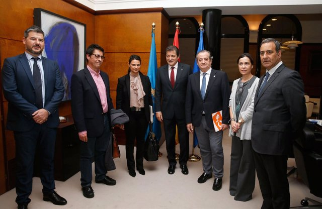 Participantes en la reunion entre Gobierno, PSOE y C's, antes del encuentro.