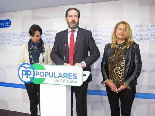 Molina, entre Ceballos y Cabezas, en la sede del PP