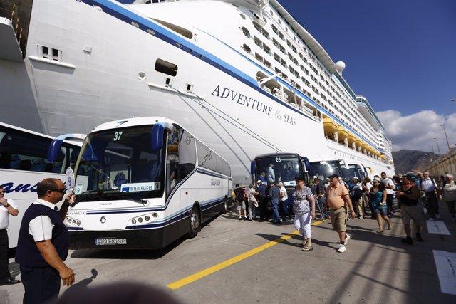 Cruceristas en el puerto de Santa Cruz