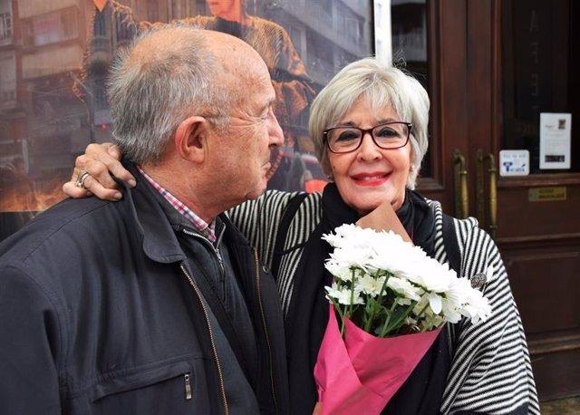 Concha Velasco con un admirador en Zaragoza