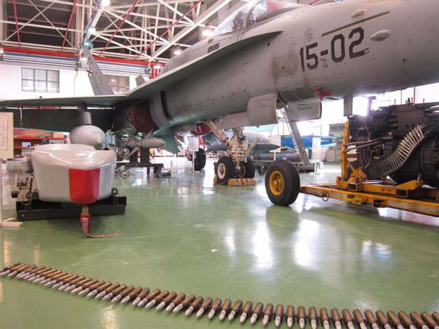 Exposición de armamento y un caza F-18 del Ala 15 en la Base Aérea de Zaragoza