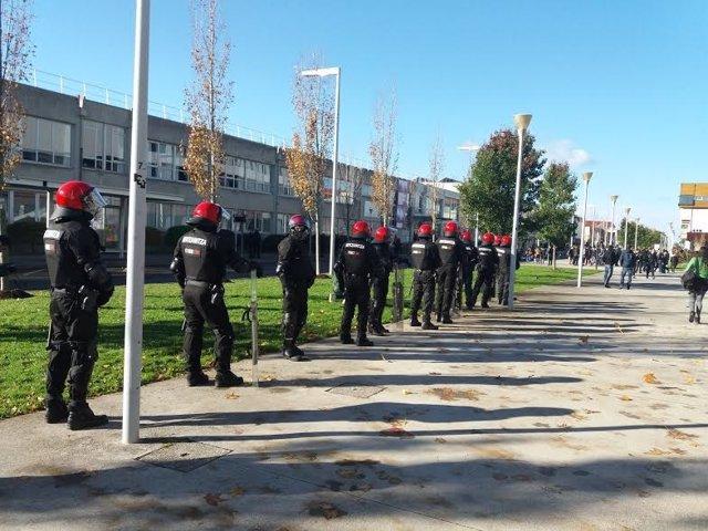 ERtzaintza en elecciones en la UPV/EHU, campus de Leioa