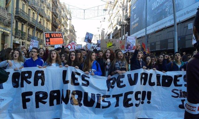 Estudiantes de Secundaria se manifiestan en Barcelona contra las 'reválidas'