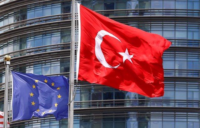Banderas de Turquía y de la UE