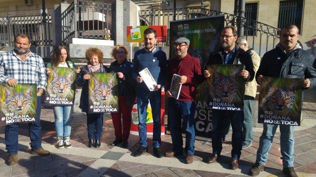 Integrantes de IU en la campaña Salvemos Doñana