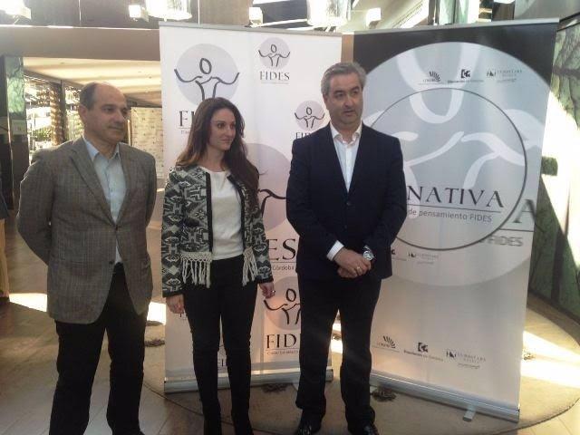 Gómez, entre Valero (izda.) y Caño, en la presentación del debate