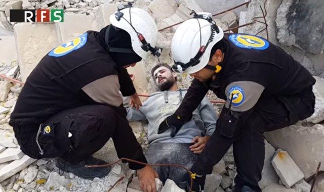 Cascos blancos participan en un 'Mannequin challenge' en Siria