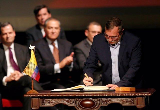 Rodrigo Londoño, Timochenko, líder de las FARC, firma acuerdo paz