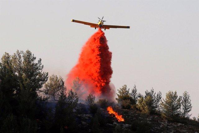 Un avión lanza material retardante de fuego cerca de Haifa, Israel