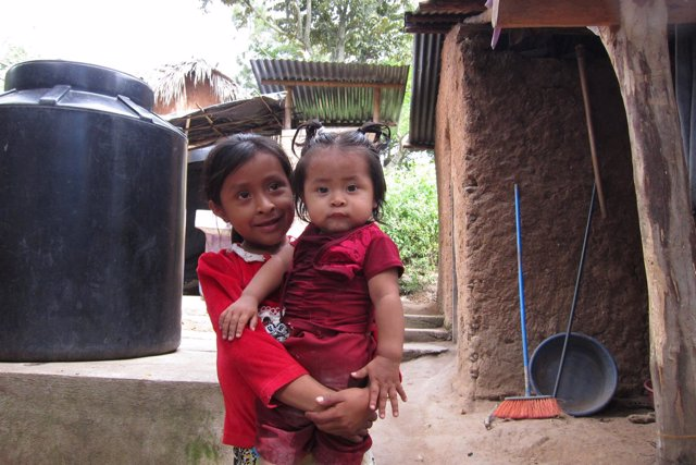 Niñas en Ojo de Agua Escondido, Chiquimula (Guatemala)