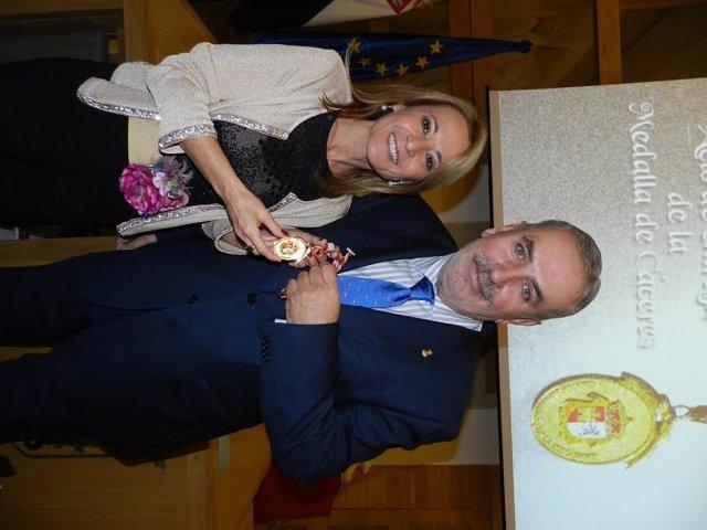 La alcaldesa de Cáceres entrega la Medalla de la Ciudad al Banco de Alimentos