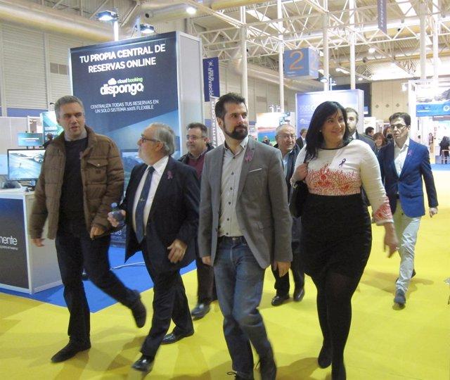 Luis Tudanca, miembros del PSOE y el director de la Feria visitan Intur
