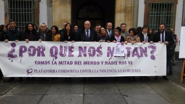 Ruiz (centro), encabeza la concentración en repulsa de la violencia machista