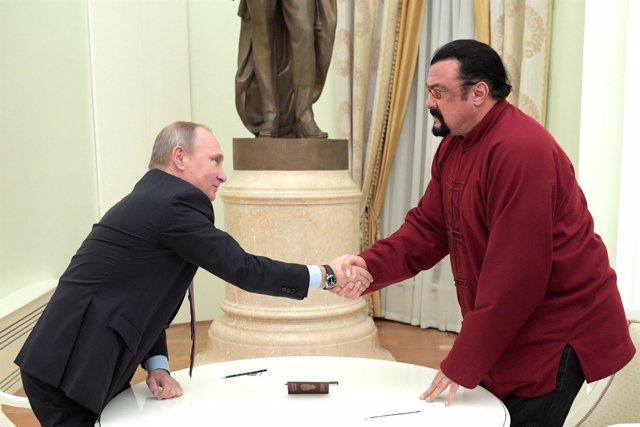 Steven Seagal recibe el pasaporte ruso de manos de Vladimir Putin