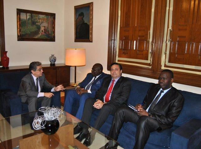 El delegado del Gobierno en Catalunya, Enric Millo, con el embajador de Mali