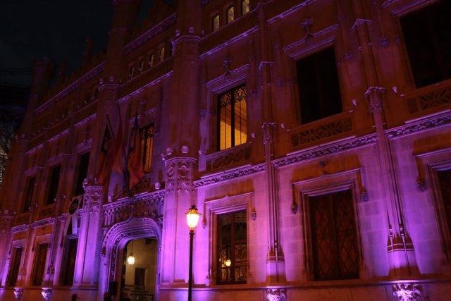 El Consell de Mallorca se ilumina de violeta contra la violencia hacia la mujer