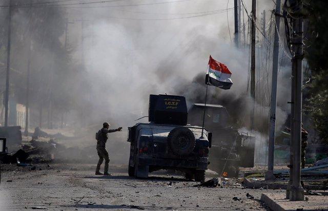 Soldado iraquí tras un atentado suicida cerca de Mosul