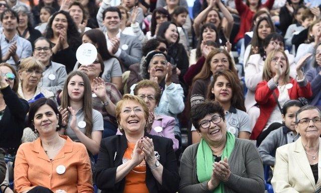 La presidenta de Chile, Michelle Bachelet, en un acto con mujeres
