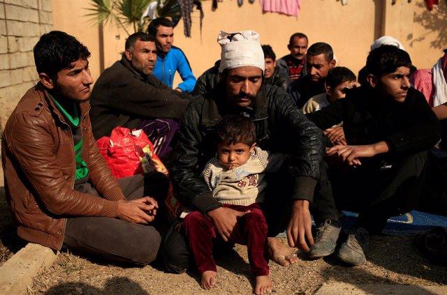 Hombres desplazados por la ofensiva sobre Mosul