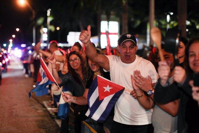 Exiliados cubanos celebran la muerte de Castro en Miami