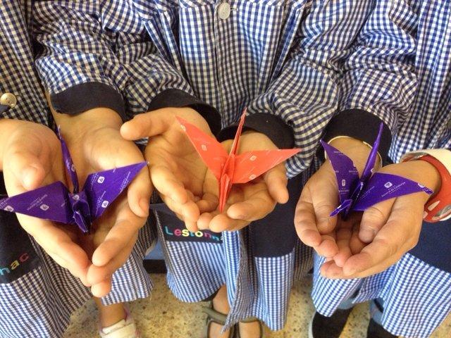 Alumnos de la escuela L'Estonnac con grullas de origami
