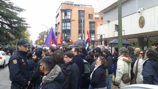 Partidarios y detractores de Fidel Castro en la embajada cubana de Madrid