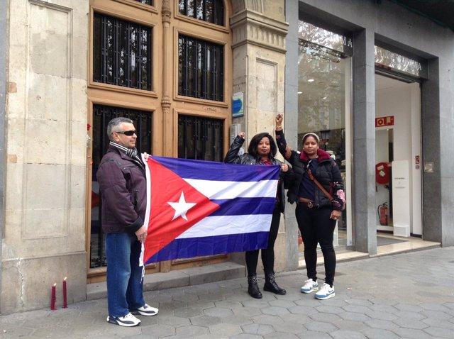 Tres procastristas ante el Consulado de Cuba en Barcelona: Gabriel, Yamilet, Áng