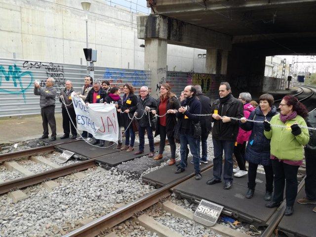 Vecinos se encandenan en la estación de Sant Andreu Comtal