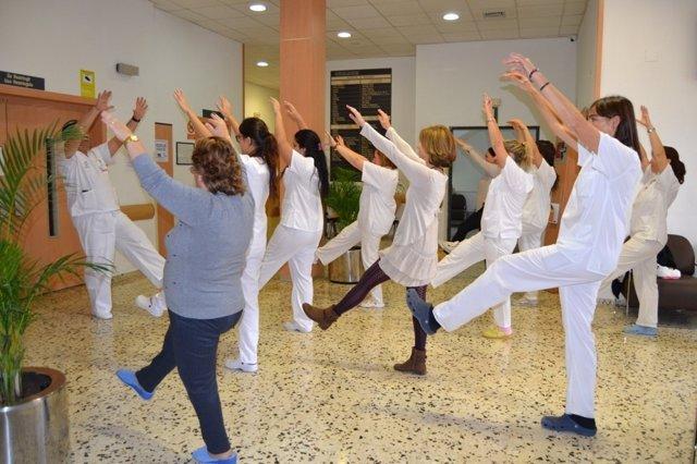 Trabajadores del Hospital Doctor Moliner practican taichí