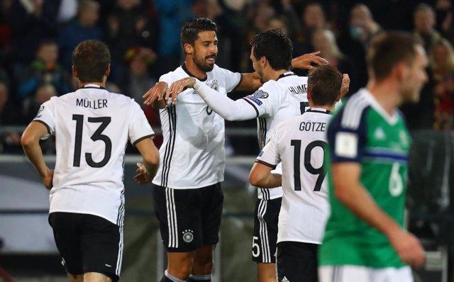La selección alemana vence a Irlanda del Norte con gol de Khedira