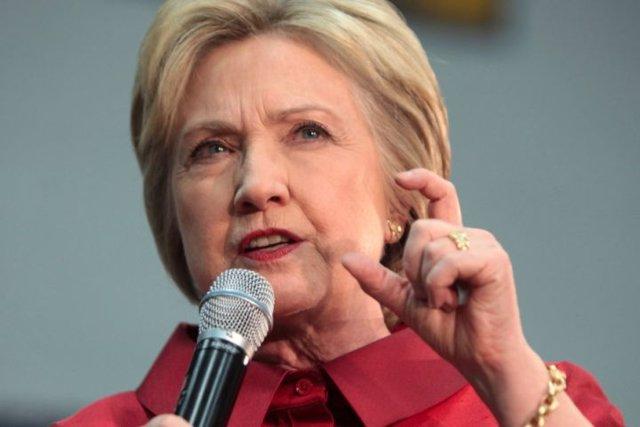 Clinton dice que fue un error no reconocer su neumonía