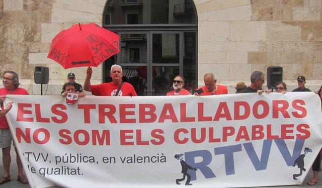 Protesta de extrabajadores RTVV ante el Palau de la Generalitat. Archivo
