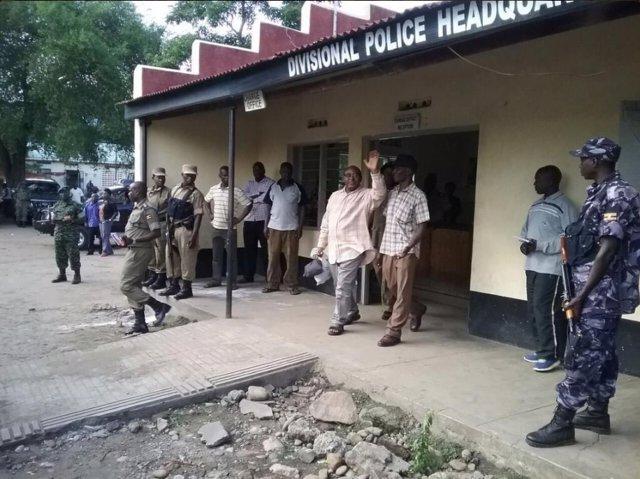 La policía de Uganda arresta al rey tribal de Rwenzururu, Charles Wesley