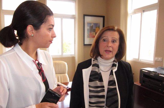 La consejera de Igualdad y Políticas Sociales, María José Sánchez Rubio (dcha.)