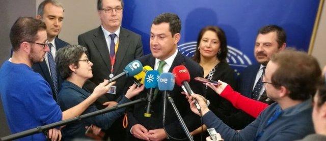 El presidente del PP-A, Juanma Moreno, atiende a los medios en Bruselas