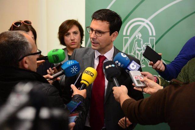 El alcalde de Granada  atiende a los medios