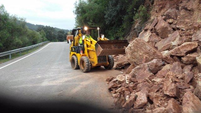 Maquina excavadora piedras carretera diputación red provincial lluvias temporal
