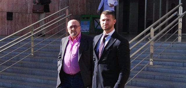 El exalcalde de Alcaucín con su abogado. Juicio Arcos