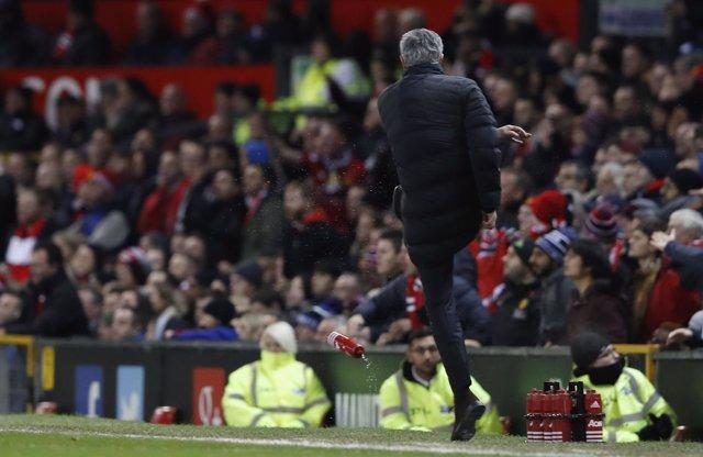 United empata con Mourinho expulsado